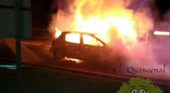 arde-vehiculo-cuando-hacia-stop