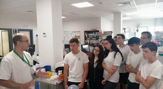 alumnos-visitan-laboratorio-hospital-valle-del-guadiato