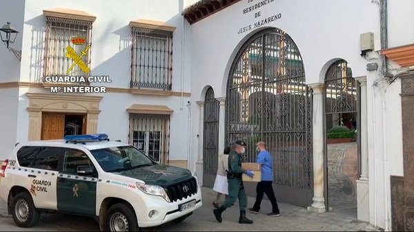 guardia-civil-traslada-material-sanitario-a-residencias-mayores