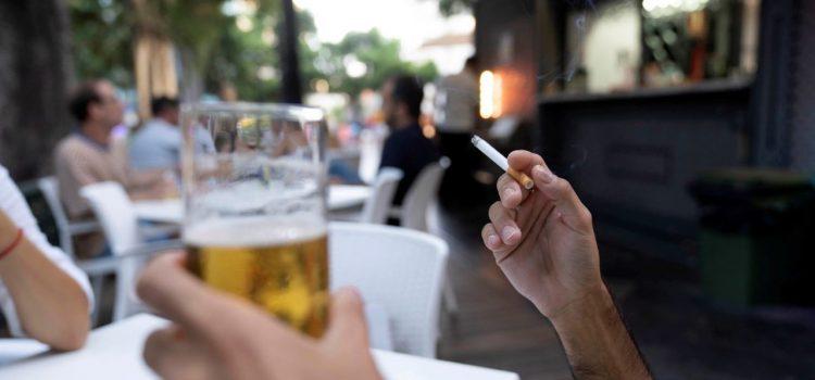 Sanidad prohíbe fumar en la calle y cierra el ocio nocturno en todo el país